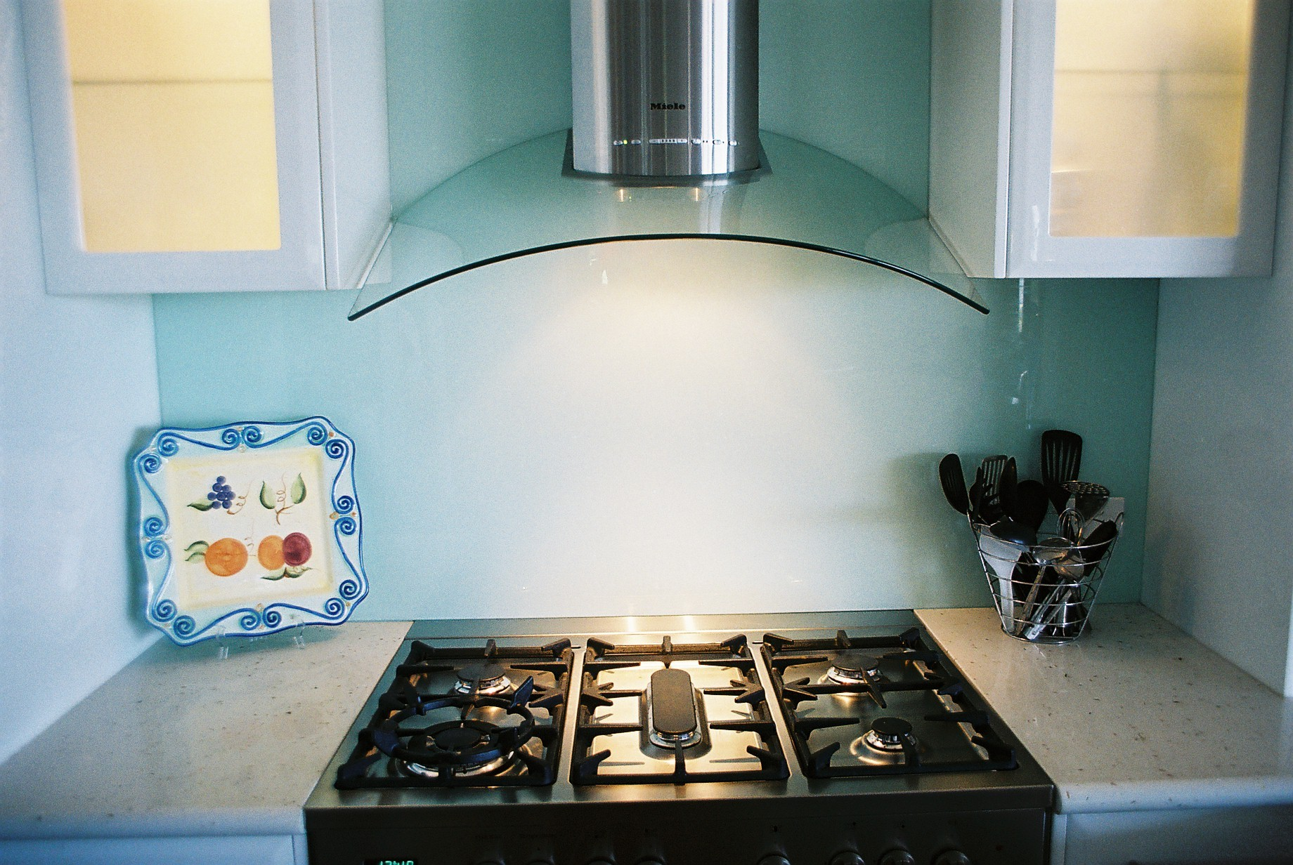 Great Ways to Use a Glass Backsplash to Update Your Kitchen