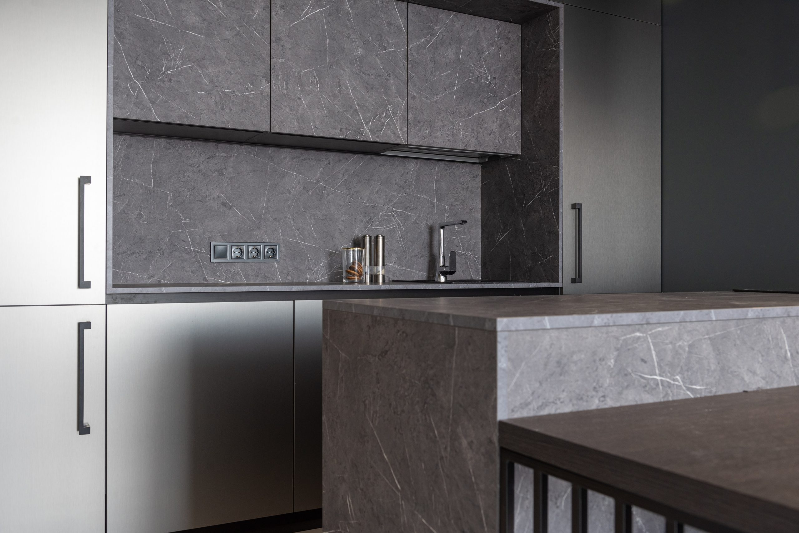 Choosing Between Tiled and Glass Kitchen Splashbacks: What to Know