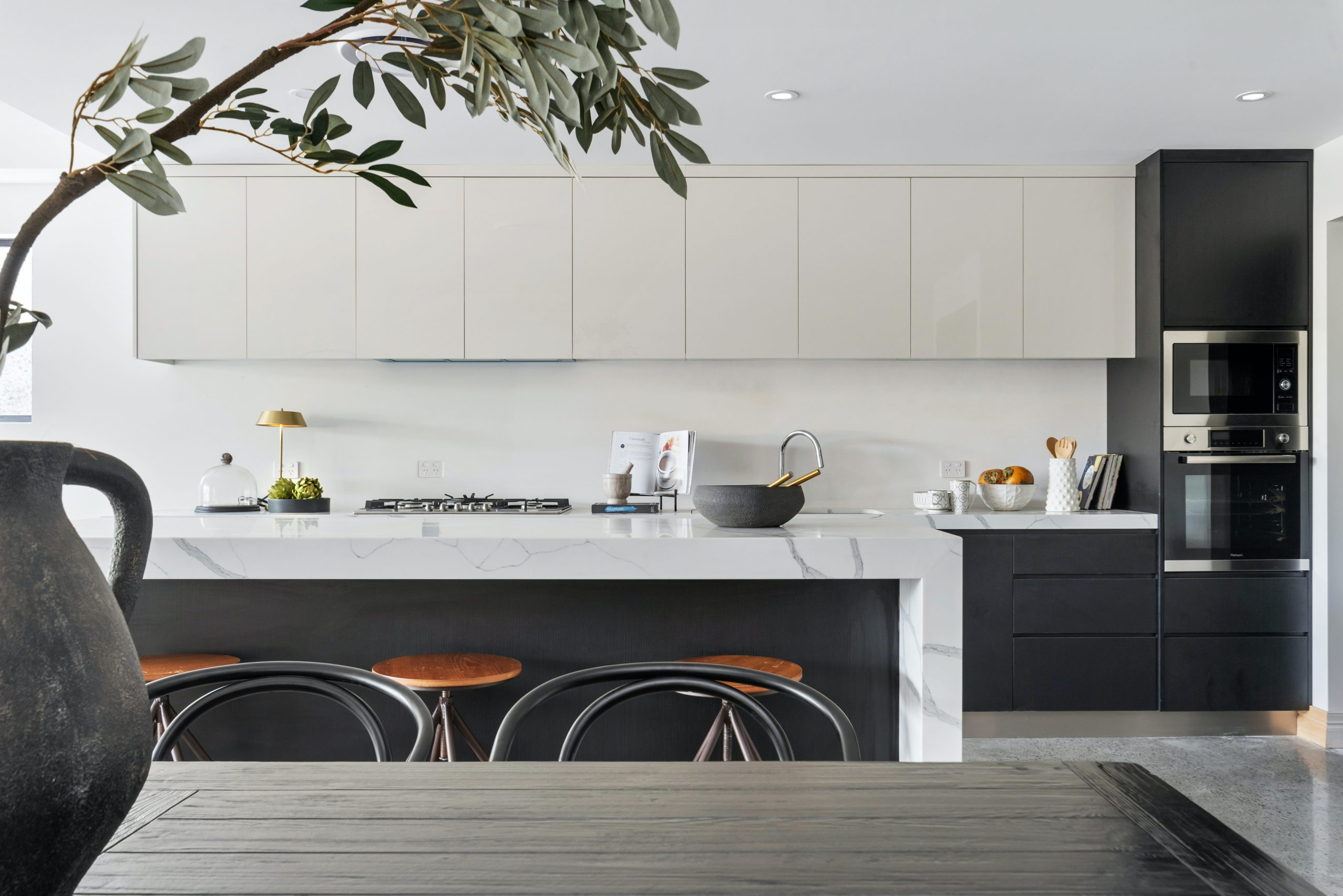 5 Helpful Tips to Get Grease Off a Glass Splashback